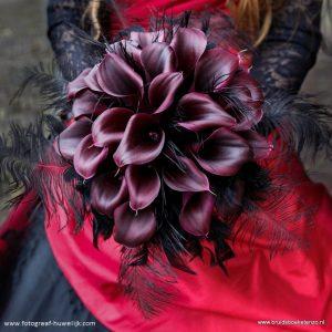Bruidsboeket met zwarte clla en zwarte veren fantasy stijl Gothic