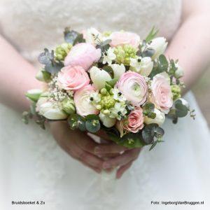 Bruidsboeket voor het voorjaar met tulpen en ranonkel. in wit en roze tinten